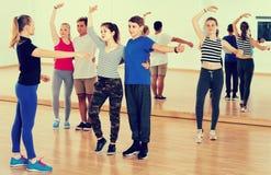Grupo de salsa adolescente del baile en estudio de la danza Imágenes de archivo libres de regalías