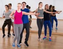 Grupo de salsa adolescente del baile en estudio de la danza Foto de archivo libre de regalías