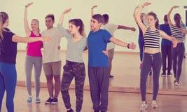 Grupo de salsa adolescente del baile en estudio de la danza Fotografía de archivo