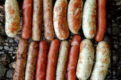 Grupo de salsichas grelhadas cozinhadas na grade do assado detalhada Foto de Stock