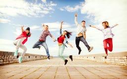 Grupo de salto de los adolescentes Fotografía de archivo libre de regalías