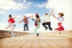 Grupo de salto de los adolescentes Fotos de archivo libres de regalías