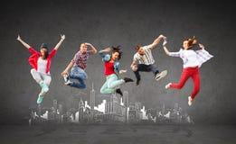 Grupo de salto de los adolescentes Imagen de archivo libre de regalías