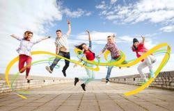 Grupo de salto de los adolescentes Imágenes de archivo libres de regalías