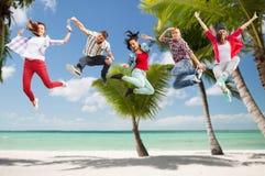 Grupo de salto de los adolescentes Imagenes de archivo