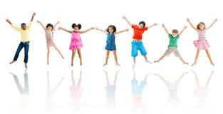 Grupo de salto diverso das crianças Fotografia de Stock
