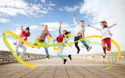 Grupo de salto dos adolescentes foto de stock royalty free