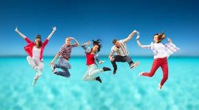 Grupo de salto dos adolescentes foto de stock