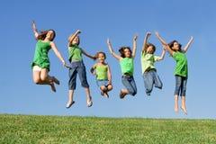Grupo de salto feliz de los cabritos Foto de archivo libre de regalías