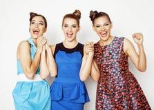Grupo de señoras elegantes diversas en los vestidos brillantes aislados en blanco que sonríen divirtiéndose, selfie de observació Imagenes de archivo