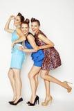 Grupo de señoras elegantes diversas en los vestidos brillantes aislados en blanco que sonríen divirtiéndose, selfie de observació Foto de archivo libre de regalías