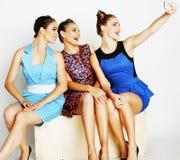 Grupo de señoras elegantes diversas en los vestidos brillantes aislados en wh Fotos de archivo libres de regalías