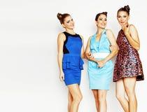 Grupo de señoras elegantes diversas en los vestidos brillantes aislados en wh Fotos de archivo