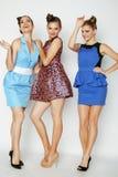 Grupo de señoras elegantes diversas en vestidos brillantes Fotos de archivo