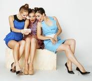 Grupo de señoras elegantes diversas en vestidos brillantes Imagen de archivo libre de regalías