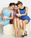 Grupo de señoras elegantes diversas en vestidos brillantes Fotos de archivo libres de regalías