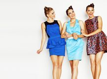 Grupo de señoras elegantes diversas en vestidos brillantes en wh Imagen de archivo