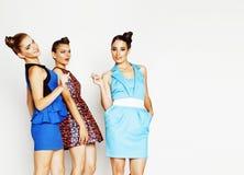 Grupo de señoras elegantes diversas en vestidos brillantes en wh Foto de archivo