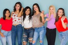 Grupo de seis amigos adolescentes diversos Foto de archivo