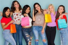 Grupo de seis amigos adolescentes diversos Foto de archivo libre de regalías