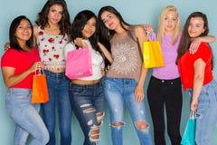 Grupo de seis amigos adolescentes diversos Fotos de archivo