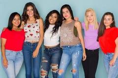 Grupo de seis amigos adolescentes diversos Fotografía de archivo
