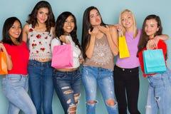 Grupo de seis amigos adolescentes diversos Imágenes de archivo libres de regalías