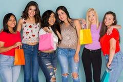 Grupo de seis amigos adolescentes diversos Imagenes de archivo