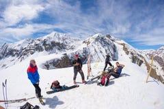 Grupo de selfie dos alpinistas na parte superior da montanha O fundo cênico da alta altitude na neve tampou cumes, dia ensolarado Fotos de Stock Royalty Free