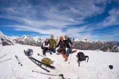 Grupo de selfie de los alpinistas en el top de la montaña El fondo escénico de la mucha altitud en nieve capsuló las montañas, dí foto de archivo