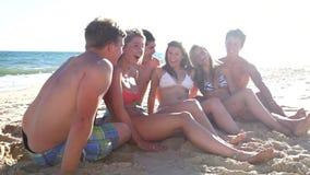 Grupo de sentarse adolescente de los amigos