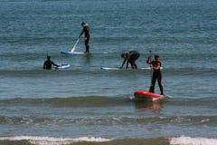 Grupo de Serfing em águas mediterrâneas de Valência, Espanha Foto de Stock Royalty Free