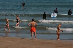 Grupo de Serfing em águas mediterrâneas de Valência, Espanha Imagens de Stock