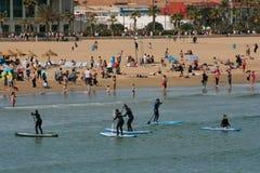 Grupo de Serfing em águas mediterrâneas de Valência, Espanha Fotografia de Stock Royalty Free
