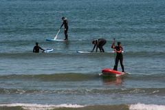 Grupo de Serfing en aguas mediterráneas de Valencia, España Foto de archivo libre de regalías