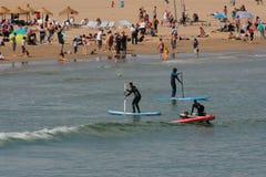 Grupo de Serfing en aguas mediterráneas de Valencia, España Imagenes de archivo