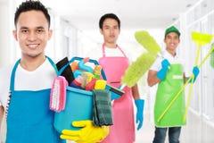 Grupo de serviços da limpeza prontos para fazer as tarefas fotografia de stock
