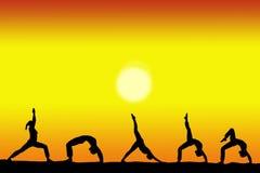 Grupo de silhuetas fêmeas da ioga com um por do sol no espaço do fundo e da cópia para seu texto imagem de stock