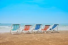 Grupo de sillas de cubierta vacías en la playa del mar Vacaciones con concepto de los amigos fotografía de archivo libre de regalías