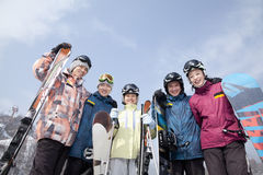 Grupo de Snowboarders en Ski Resort, opinión de ángulo bajo fotos de archivo libres de regalías
