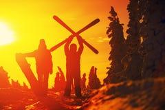 Grupo de snowboarders de los amigos que se divierten en el top de la montaña Foto de archivo libre de regalías