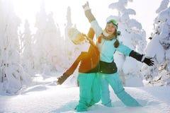 Grupo de snowboarders de los amigos que se divierten en el top de la montaña Fotografía de archivo libre de regalías