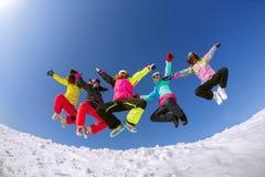 Grupo de snowboarders de los amigos que se divierten en el top de la montaña Fotografía de archivo