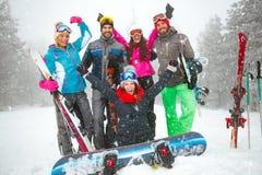 Grupo de snowboarders sonrientes que se divierten Fotografía de archivo libre de regalías