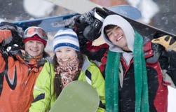 Grupo de snowborders dos adolescentes Fotos de Stock