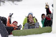 Grupo de snowborders dos adolescentes imagens de stock