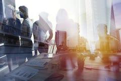 Grupo de socio comercial que busca el futuro Concepto de corporativo y de lanzamiento ilustración del vector