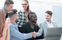 Grupo de socios comerciales multiculturales sonrientes imagen de archivo libre de regalías