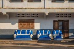 Grupo de sofás en la calle Foto de archivo libre de regalías