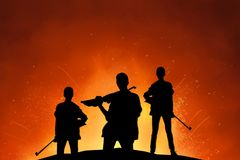 Grupo de soldado f?mea com silhueta do rifle fotografia de stock